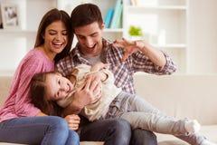 ευτυχής απομονωμένη μητέρα οικογενειακών πατέρων ανασκόπησης μωρών πέρα από τις χαμογελώντας λευκές νεολαίες στοκ εικόνες