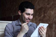 Ευτυχής αραβικός επιχειρηματίας με το τηλέφωνο και την ταμπλέτα Στοκ Φωτογραφίες