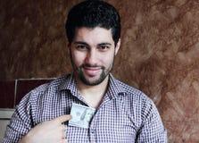 Ευτυχής αραβικός νέος επιχειρηματίας με τα χρήματα λογαριασμών δολαρίων Στοκ εικόνες με δικαίωμα ελεύθερης χρήσης