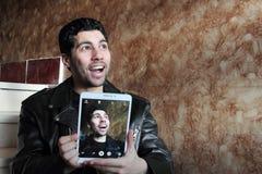Ευτυχής αραβικός νέος επιχειρηματίας στο σακάκι που παίρνει selfie Στοκ Εικόνα