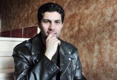 Ευτυχής αραβικός νέος επιχειρηματίας στο σακάκι Στοκ Εικόνα