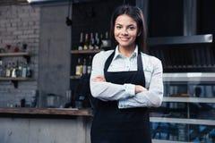 Ευτυχής αρκετά θηλυκός σερβιτόρος στην ποδιά Στοκ φωτογραφίες με δικαίωμα ελεύθερης χρήσης