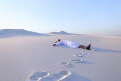 Ευτυχής αρσενικός Άραβας βρίσκεται κατά μήκος της άσπρης ερήμου άμμου και χαίρεται για νέο Στοκ φωτογραφία με δικαίωμα ελεύθερης χρήσης