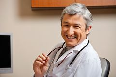 Ευτυχής αρσενικός γιατρός Στοκ Φωτογραφίες
