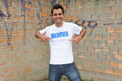 Ευτυχής αρσενικός εθελοντής στοκ φωτογραφία με δικαίωμα ελεύθερης χρήσης