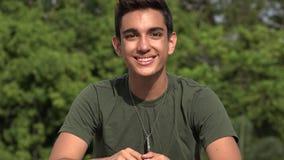Ευτυχής αρσενικός ισπανικός εφηβικός νεοσύλλεκτος στρατιωτών απόθεμα βίντεο