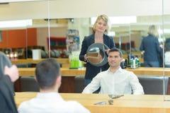 Ευτυχής αρσενικός πελάτης που εξετάζει τον καθρέφτη στο haidresser Στοκ φωτογραφίες με δικαίωμα ελεύθερης χρήσης