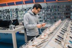 Ευτυχής αρσενικός πελάτης που επιλέγει το smartphone Στοκ φωτογραφίες με δικαίωμα ελεύθερης χρήσης