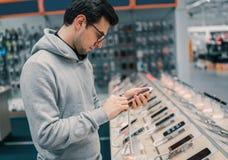 Ευτυχής αρσενικός πελάτης που επιλέγει το smartphone Στοκ Εικόνες