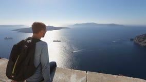 Ευτυχής αρσενικός τουρίστας που απολαμβάνει τη θέα των ηλιοφώτιστων νησιών και των σκαφών κρουαζιέρας στη θάλασσα φιλμ μικρού μήκους