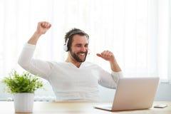 Ευτυχής αρσενικός χειριστής με την κάσκα και το σημειωματάριο στοκ φωτογραφία με δικαίωμα ελεύθερης χρήσης