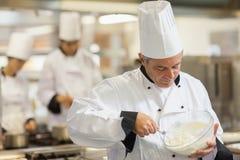 Ευτυχής αρχιμάγειρας που χτυπά ελαφρά την κρέμα Στοκ εικόνες με δικαίωμα ελεύθερης χρήσης