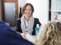 Ευτυχής ασθενής που λαμβάνει την ιατρική από τον οδοντίατρο στην κλινική Στοκ φωτογραφία με δικαίωμα ελεύθερης χρήσης