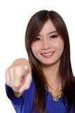 Ευτυχής ασιατική γυναίκα που δείχνει το δάχτυλο, που απομονώνεται στο λευκό Στοκ φωτογραφία με δικαίωμα ελεύθερης χρήσης