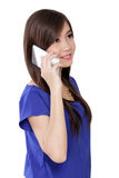 Ευτυχής ασιατική γυναίκα στο τηλέφωνο που ανατρέχει Στοκ φωτογραφία με δικαίωμα ελεύθερης χρήσης