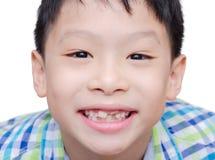 Ευτυχής ασιατική κινηματογράφηση σε πρώτο πλάνο χαμόγελου αγοριών toothless Στοκ φωτογραφία με δικαίωμα ελεύθερης χρήσης