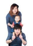 Ευτυχής ασιατική οικογένεια με το σηκώνω στην πλάτη στοκ εικόνες