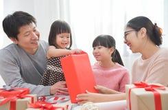 Ευτυχής ασιατική οικογένεια που ένα κιβώτιο δώρων στοκ φωτογραφία με δικαίωμα ελεύθερης χρήσης