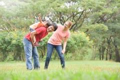 Ευτυχής ασιατική οικογένεια που έχει τη διασκέδαση στη φύση στοκ εικόνες με δικαίωμα ελεύθερης χρήσης