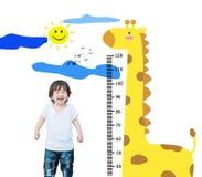 Ευτυχής ασιατική στάση παιδιών κινηματογραφήσεων σε πρώτο πλάνο για το ύψος μέτρου με τα χαριτωμένα κινούμενα σχέδια που απομονών Στοκ Εικόνες