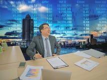 Ευτυχής ασιατική συνεδρίαση επιχειρησιακών ατόμων στο γραφείο του με το χρηματιστήριο ο στοκ εικόνα με δικαίωμα ελεύθερης χρήσης