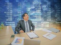 Ευτυχής ασιατική συνεδρίαση επιχειρησιακών ατόμων στο γραφείο του με το χρηματιστήριο ο στοκ φωτογραφίες με δικαίωμα ελεύθερης χρήσης