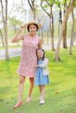 Ευτυχής ασιατική χαλάρωση mom και κορών στο θερινό πάρκο στοκ εικόνα με δικαίωμα ελεύθερης χρήσης
