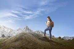 Ευτυχής ασιατικός θηλυκός ταξιδιώτης με το περπάτημα σακιδίων πλάτης Στοκ φωτογραφία με δικαίωμα ελεύθερης χρήσης