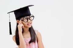 Ευτυχής ασιατικός πτυχιούχος σχολικών παιδιών στη βαθμολόγηση ΚΑΠ Στοκ φωτογραφία με δικαίωμα ελεύθερης χρήσης