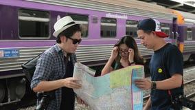 Ευτυχής ασιατικός χάρτης εκμετάλλευσης τουριστών εφήβων στο εκλεκτής ποιότητας ύφος χεριών φιλμ μικρού μήκους