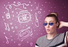 Ευτυχής αστεία γυναίκα με τις σκιές και συρμένα τα χέρι εικονίδια μέσων στοκ φωτογραφία με δικαίωμα ελεύθερης χρήσης