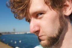 Ευτυχής αστείος τύπος νεαρών άνδρων υπαίθριος Στοκ Φωτογραφίες