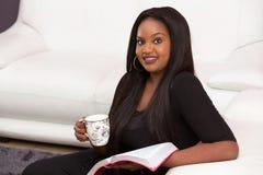 Ευτυχής αφοσιωμένος χρόνος μελέτης Βίβλων στοκ εικόνες με δικαίωμα ελεύθερης χρήσης