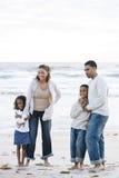 Ευτυχής αφρικανικός-αμερικανική οικογένεια μαζί στην παραλία στοκ εικόνα