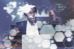 Ευτυχής αφρικανικός επιχειρηματίας στην αρχή, γραφικές παραστάσεις Στοκ φωτογραφίες με δικαίωμα ελεύθερης χρήσης
