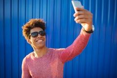 Ευτυχής αφρικανικός τύπος που χαμογελά και που παίρνει μια φωτογραφία selfie Στοκ φωτογραφία με δικαίωμα ελεύθερης χρήσης