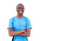 Ευτυχής αφρικανικός τύπος που χαμογελά με τα όπλα που διασχίζονται στο απομονωμένο άσπρο υπόβαθρο Στοκ εικόνες με δικαίωμα ελεύθερης χρήσης
