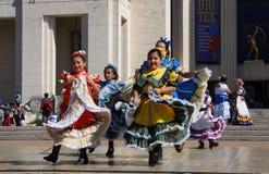 Ευτυχής λαϊκός χορός στοκ εικόνα με δικαίωμα ελεύθερης χρήσης