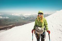 Ευτυχής αλπινιστής γυναικών που αναρριχείται στα βουνά Στοκ Εικόνες