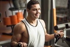 Ευτυχής βέβαια κατάρτιση ατόμων σε μια αίθουσα γυμναστικής Στοκ Φωτογραφία