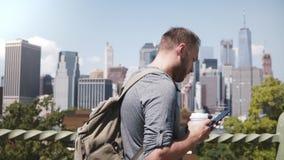 Ευτυχής βέβαιος καυκάσιος ανεξάρτητος εργαζόμενος που περπατά κατά μήκος του όμορφου πανοράματος πόλεων της Νέας Υόρκης με τον κα απόθεμα βίντεο