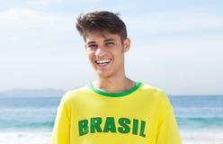 Ευτυχής βραζιλιάνος αθλητικός ανεμιστήρας στην παραλία Στοκ Φωτογραφίες