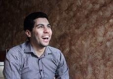 Ευτυχής γελώντας αραβικός αιγυπτιακός επιχειρηματίας Στοκ φωτογραφία με δικαίωμα ελεύθερης χρήσης