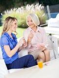 Ευτυχής γιαγιά που παρουσιάζει κάρτα παιχνιδιού Στοκ Εικόνα