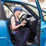 Ευτυχής γιαγιά στο αυτοκίνητο Στοκ Εικόνες