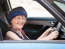 Ευτυχής γιαγιά στο αυτοκίνητο Στοκ Φωτογραφίες