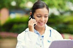 Ευτυχής γιατρός που μιλά σε ένα τηλέφωνο Στοκ εικόνες με δικαίωμα ελεύθερης χρήσης