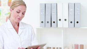 Ευτυχής γιατρός που χρησιμοποιεί το PC ταμπλετών απόθεμα βίντεο