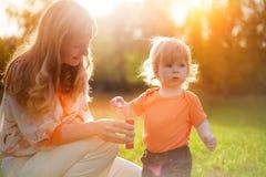 ευτυχής γιος μητέρων στοκ φωτογραφίες με δικαίωμα ελεύθερης χρήσης