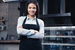 Ευτυχής γοητευτικός θηλυκός σερβιτόρος στην ποδιά Στοκ Εικόνα